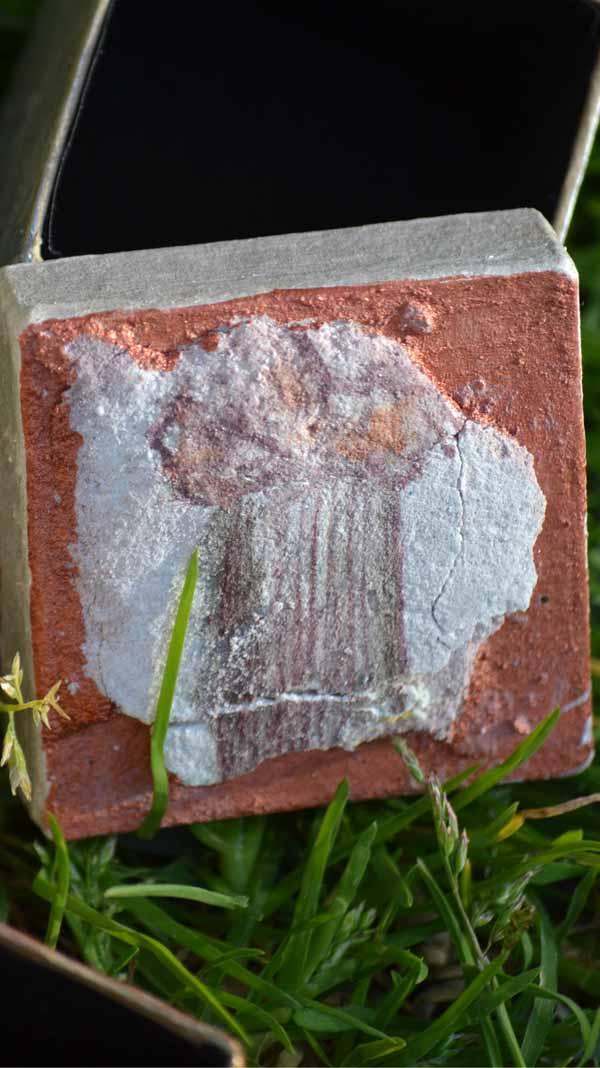Mini boite avec une fresque miniature représentant une colonne romaine