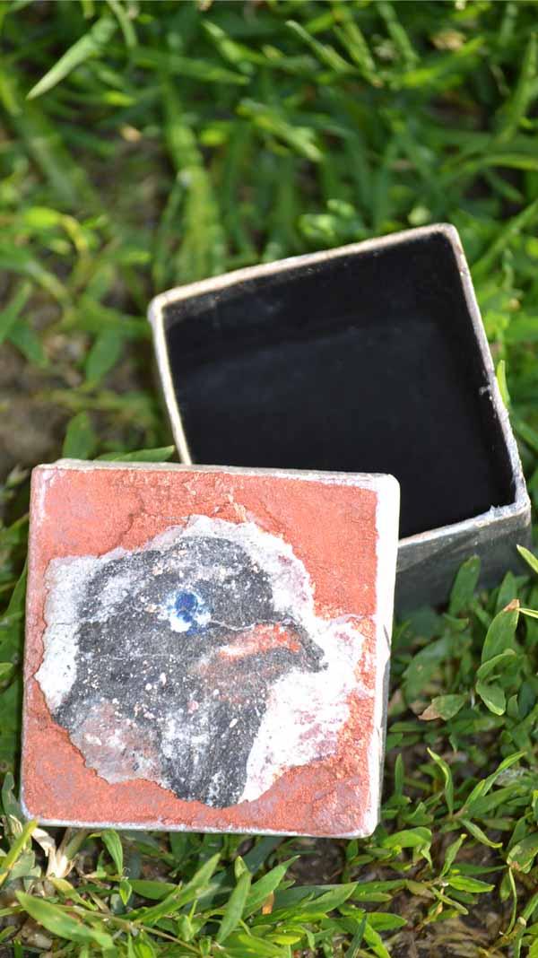 Mini boite avec une fresque miniature représentant une tête d'oiseau
