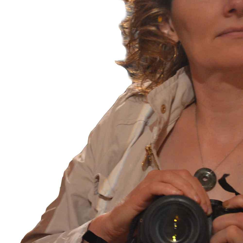 Portrait coupé d'Annick Barruyer avec un appareil photo à la main
