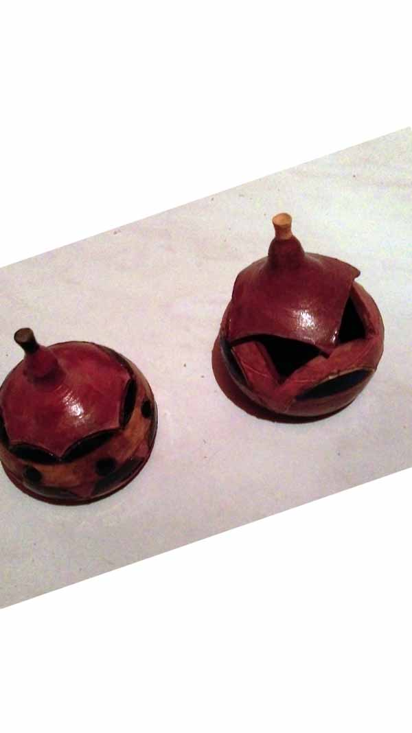 2 boites rondes au couvercle découpé réalisées en poterie