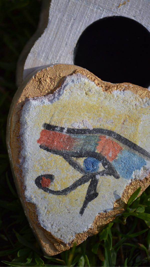 Petite boite avec une fresque miniature représentant un oeil d'horus