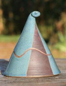 boite triangulaire avec un couvercle en forme de chapeau de lutin, oeuvre de Dominique Trabut